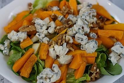 Herbstlicher Salat mit gebratenem Kürbis, karamellisierter Birne, Blauschimmelkäse und Walnüssen 9