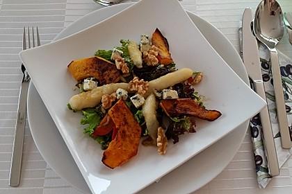 Herbstlicher Salat mit gebratenem Kürbis, karamellisierter Birne, Blauschimmelkäse und Walnüssen 23