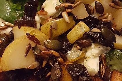 Herbstlicher Salat mit gebratenem Kürbis, karamellisierter Birne, Blauschimmelkäse und Walnüssen 50