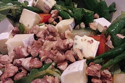 Herbstlicher Salat mit gebratenem Kürbis, karamellisierter Birne, Blauschimmelkäse und Walnüssen 12