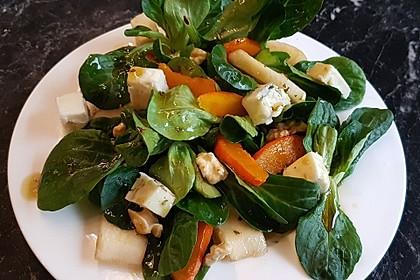 Herbstlicher Salat mit gebratenem Kürbis, karamellisierter Birne, Blauschimmelkäse und Walnüssen 3