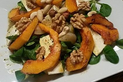 Herbstlicher Salat mit gebratenem Kürbis, karamellisierter Birne, Blauschimmelkäse und Walnüssen 41