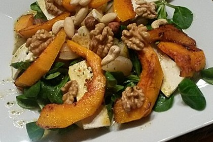 Herbstlicher Salat mit gebratenem Kürbis, karamellisierter Birne, Blauschimmelkäse und Walnüssen 42