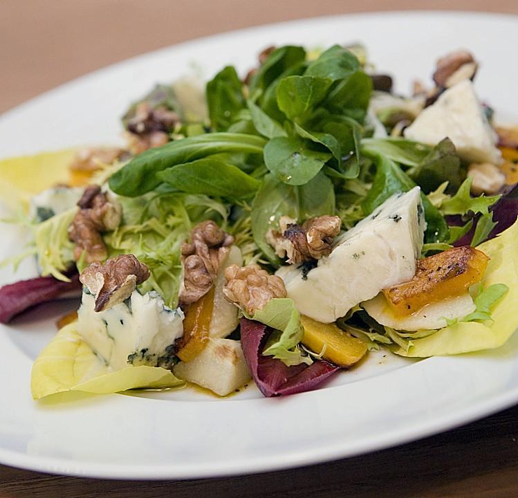 Salat mit walnussen und gorgonzola