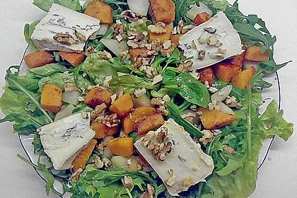 Herbstlicher Salat mit gebratenem Kürbis, karamellisierter Birne, Blauschimmelkäse und Walnüssen 13