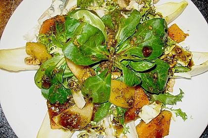 Herbstlicher Salat mit gebratenem Kürbis, karamellisierter Birne, Blauschimmelkäse und Walnüssen 29