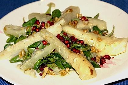 Herbstlicher Salat mit gebratenem Kürbis, karamellisierter Birne, Blauschimmelkäse und Walnüssen 26