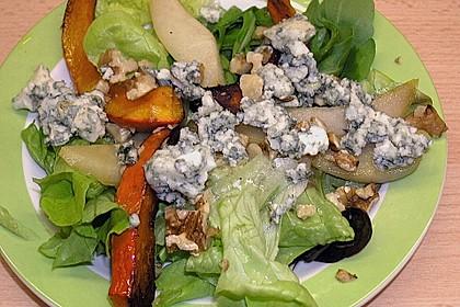 Herbstlicher Salat mit gebratenem Kürbis, karamellisierter Birne, Blauschimmelkäse und Walnüssen 45