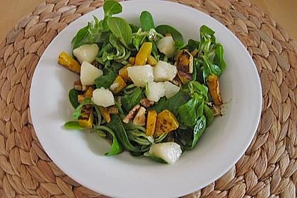 Herbstlicher Salat mit gebratenem Kürbis, karamellisierter Birne, Blauschimmelkäse und Walnüssen 47