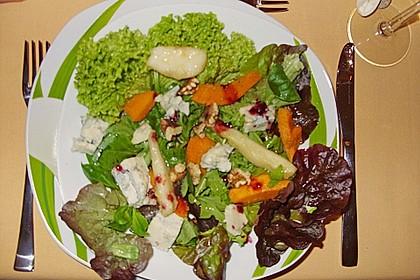 Herbstlicher Salat mit gebratenem Kürbis, karamellisierter Birne, Blauschimmelkäse und Walnüssen 52