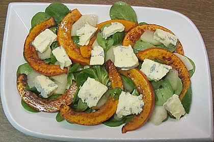 Herbstlicher Salat mit gebratenem Kürbis, karamellisierter Birne, Blauschimmelkäse und Walnüssen 22