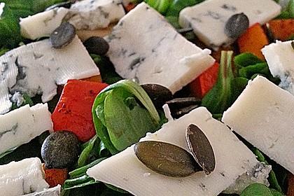Herbstlicher Salat mit gebratenem Kürbis, karamellisierter Birne, Blauschimmelkäse und Walnüssen 36