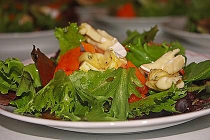 Herbstlicher Salat mit gebratenem Kürbis, karamellisierter Birne, Blauschimmelkäse und Walnüssen 24