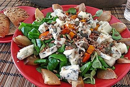 Herbstlicher Salat mit gebratenem Kürbis, karamellisierter Birne, Blauschimmelkäse und Walnüssen 6