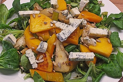 Herbstlicher Salat mit gebratenem Kürbis, karamellisierter Birne, Blauschimmelkäse und Walnüssen 8