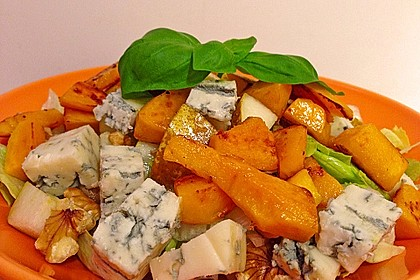 Herbstlicher Salat mit gebratenem Kürbis, karamellisierter Birne, Blauschimmelkäse und Walnüssen 17