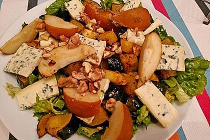 Herbstlicher Salat mit gebratenem Kürbis, karamellisierter Birne, Blauschimmelkäse und Walnüssen 27