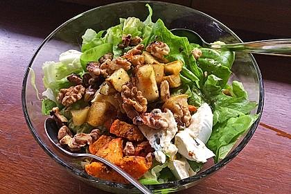 Herbstlicher Salat mit gebratenem Kürbis, karamellisierter Birne, Blauschimmelkäse und Walnüssen 18