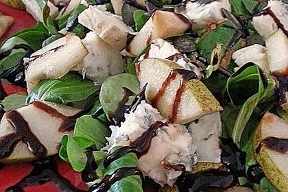 Herbstlicher Salat mit gebratenem Kürbis, karamellisierter Birne, Blauschimmelkäse und Walnüssen 34