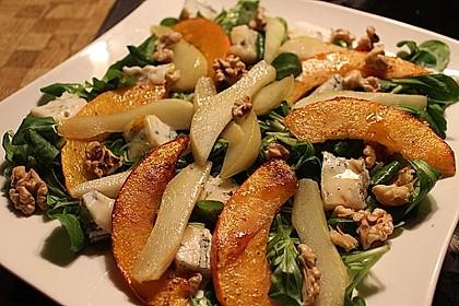 Herbstlicher Salat mit gebratenem Kürbis, karamellisierter Birne, Blauschimmelkäse und Walnüssen 2