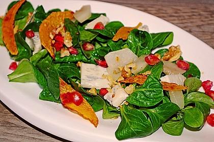 Herbstlicher Salat mit gebratenem Kürbis, karamellisierter Birne, Blauschimmelkäse und Walnüssen 4