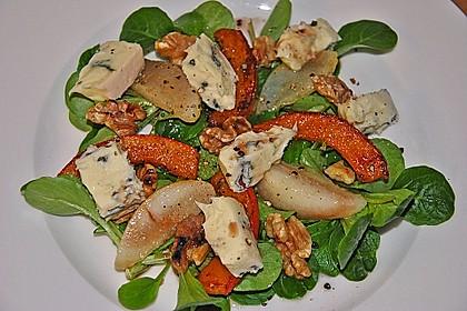 Herbstlicher Salat mit gebratenem Kürbis, karamellisierter Birne, Blauschimmelkäse und Walnüssen 11