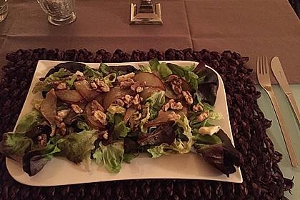 Herbstlicher Salat mit gebratenem Kürbis, karamellisierter Birne, Blauschimmelkäse und Walnüssen 10