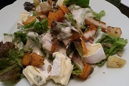 Herbstlicher Salat mit gebratenem Kürbis, karamellisierter Birne, Blauschimmelkäse und Walnüssen 53