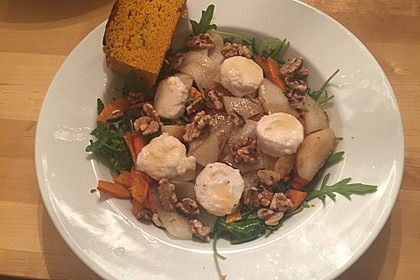 Herbstlicher Salat mit gebratenem Kürbis, karamellisierter Birne, Blauschimmelkäse und Walnüssen 28