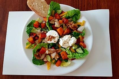 Herbstlicher Salat mit gebratenem Kürbis, karamellisierter Birne, Blauschimmelkäse und Walnüssen 5