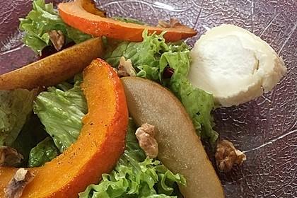 Herbstlicher Salat mit gebratenem Kürbis, karamellisierter Birne, Blauschimmelkäse und Walnüssen 48