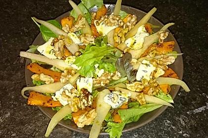 Herbstlicher Salat mit gebratenem Kürbis, karamellisierter Birne, Blauschimmelkäse und Walnüssen 16