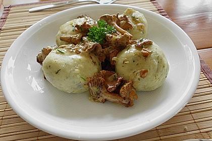 Kleine Kartoffel - Speckknödel mit Pfifferlingen in Rahm 6
