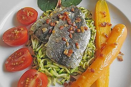 Sardinenfilets auf der Haut gebraten mit Zucchinijulienne, glasierten Möhren und Tomaten