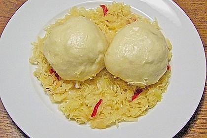 Gefüllte Hefeklöße auf Sauerkraut