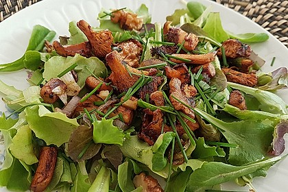 Feldsalat mit Pfifferlingen und karamellisierten Walnüssen 1