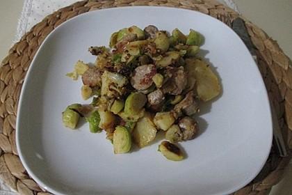 Bratkartoffeln mit Rosenkohl und Bratwurst (Bild)