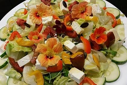 Bunter Salat mit Kapuzinerkresseblüten und Kernen (Bild)