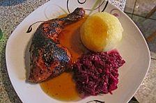 Hähnchenschenkel mit Klößen, Rotkohl, Kartoffeln und brauner Soße
