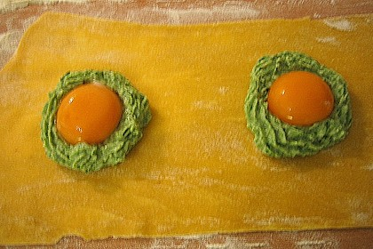 Raviolo mit frischem Eigelb und frittiertem Salbei auf Strauchtomatensauce und gehobeltem Trüffel 4