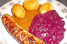 Frische Bratwurst in einer Apfel - Malzbier - Sauce mit Kartoffeln und Rotkohl