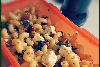 Nudelsalat mit getrockneten Tomaten, Pinienkernen, Schafskäse und Basilikum 10