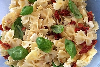 Nudelsalat mit getrockneten Tomaten, Pinienkernen, Schafskäse und Basilikum 50