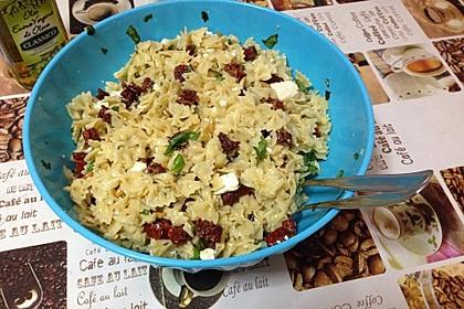 Nudelsalat mit getrockneten Tomaten, Pinienkernen, Schafskäse und Basilikum 48