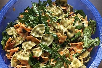 Nudelsalat mit getrockneten Tomaten, Pinienkernen, Schafskäse und Basilikum 4