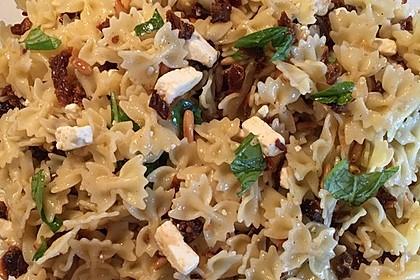 Nudelsalat mit getrockneten Tomaten, Pinienkernen, Schafskäse und Basilikum 42
