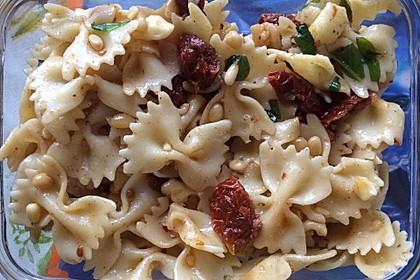 Nudelsalat mit getrockneten Tomaten, Pinienkernen, Schafskäse und Basilikum 46