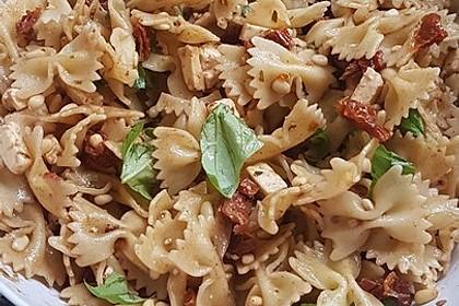 Nudelsalat mit getrockneten Tomaten, Pinienkernen, Schafskäse und Basilikum 47