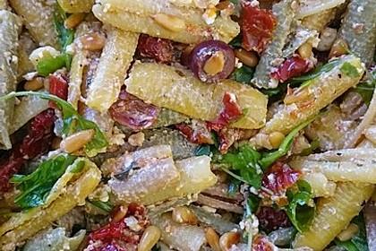Nudelsalat mit getrockneten Tomaten, Pinienkernen, Schafskäse und Basilikum 43