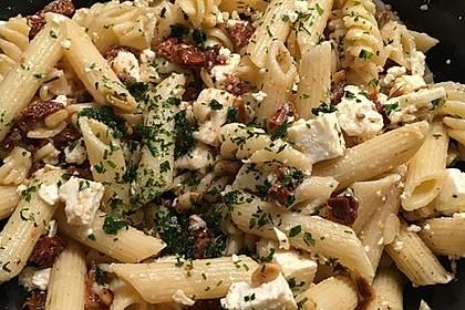 Nudelsalat mit getrockneten Tomaten, Pinienkernen, Schafskäse und Basilikum 53